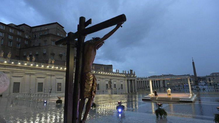 Il Papa prega per la fine della pandemia: Dio, non lasciarci in balia della tempesta